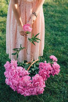 Garden Flowers - Annuals Or Perennials Www.Ro Dantel I Bujori Girls With Flowers, Fresh Flowers, Beautiful Flowers, Ed Wallpaper, Flower Wallpaper, Jolie Photo, Everything Pink, Flower Farm, Flower Power