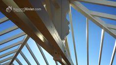 Detalle de cubierta de madera. Pendolón a contra luz, cercha de cubierta a 4 aguas en vigas laminadas. www.navarrolivier.com
