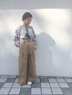 刺繍ブラウス レトロな刺繍がかわいいブラウス。たっぷりとした袖のシルエットや襟元のタッセルが春先にぴったりのアイテム。ふわっと広がる袖なので、全部インでワイドなパンツと合わせたコーデがオススメです。