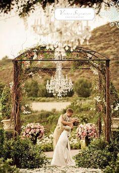 Les lustres baroques à pampilles participent aux plus beaux moments de la vie... Les Artisans du Lustre créent et fabriquent sur mesure les plus beaux luminaires: www.i-lustres.com