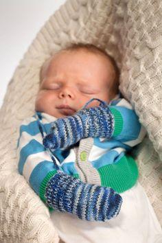 Disse bittesmå vottene og sokkene til babyen, strikker du raskt. Det flerfargete garnet som er brukt her gir en spennende mønstereffekt, helt av seg selv, og det finnes i mange fine farger. Kanskje kjenner du en liten baby, eller kanskje venter du på en? Da er dette en fin gave til vinterbarnet.
