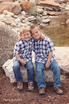 Almost looks like 'em. Sibling Photography Poses, Sibling Photo Shoots, Sibling Poses, Kid Poses, Children Photography, Brother Photography, Family Photography, Siblings, Photography Ideas