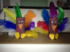 Easy Turkey craft to do with your kids with a toilet paper roll and feathers