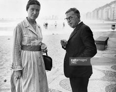 Les écrivains et philosophes français, Simone de Beauvoir et Jean-Paul Sartre se promènent sur la plage de Copacabana à Rio, le 21 septembre 1960. AFP PHOTO A file photo dated 21 September 1960 of French intellectuals Simone de Beauvoir and Jean-Paul Sartre at Copacabana Beach. AFP PHOTO