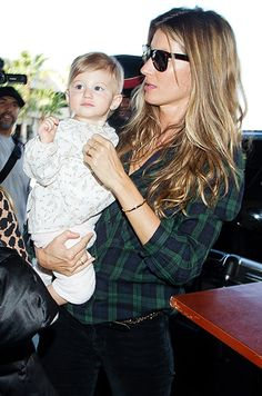 Supermodel in the making! Gisele Bundchen carries baby girl Vivian at LAX on Feb… Supermodel in the making! Gisele Bundchen carries baby girl Vivian at LAX on Feb. Gisele Bündchen, Celebrity Kids, Celebrity Style, Cute Celebrities, Celebs, Flannel Shirt Outfit, Jaime King, Doja Cat, Outfit Trends