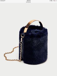Необычные сумки из меха (подборка) / Сумки, клатчи, чемоданы / ВТОРАЯ УЛИЦА Fashion Handbags, Fashion Bags, Style Fashion, Tote Bags, Crossbody Bags, Fur Bag, Barrel Bag, Types Of Bag, Handbag Accessories