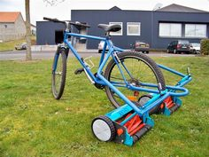 Strange and Funny Lawn Mowers - Yeah! Motor A different kind of 'riding lawn mower! Pimp Your Bike, Metalarte, Yard Tools, Riding Lawn Mowers, Garden Equipment, Bike Design, Lawn Care, Lawn And Garden, Creative Design