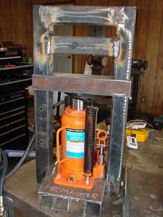 Homemade mini hydraulic press powered by a air-operated bottle jack. Welding Shop, Welding Table, Metal Projects, Welding Projects, Home Tools, Diy Tools, Pliage Tole, Hydraulic Press Machine, Diy Forge