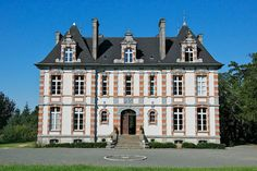 Sifex Chateau specialists selling prestigious real estates throughout France Vancouver Real Estate, European Kitchens, French Architecture, French Property, Beautiful Park, Condo Living, Old Building, France, Large Bedroom