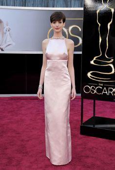 El look de Anne Hathaway en la alfombra roja de los Oscars 2013: peinado desenfadado, labios rosados y vestido para olvidar
