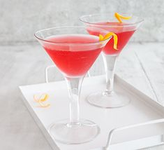 Lip smackingly sweet-and-sour, the Cosmopolitan cocktail of vodka, cranberry, orange liqueur and citrus is a good time in a glass. Perfect for a party Limoncello Cocktails, Fruity Cocktails, Coffee Cocktails, Easy Cocktails, Triple Sec, Cocktail Thermomix, Cosmopolitan Cocktail Recipes, White Cranberry Juice, Bbc Good Food Show