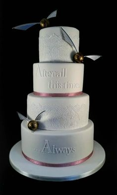Wedding Cake Ideas Harry Potter Wedding Cake Ideas Hogwarts Wedding - Harry Potter wedding cakes for hardcore fans. Harry Potter Torte, Harry Potter Wedding Cakes, Cumpleaños Harry Potter, Harry Potter Birthday Cake, Beautiful Cakes, Amazing Cakes, Fancy Cakes, Cake Designs, Cupcake Cakes