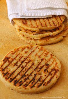 Las arepas de chicharrón son tradicionales de la región oriental colombiana. Nuestra receta tiene una variante, una buena cantidad de queso. ¡Deliciosas!