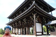 『Otabe小八橋妹妹 東福寺』 東福寺位於從おたべ本店坐車往東約10分鐘的地方,作為國內最大最古老的寺廟而為人所知,是臨濟宗東福寺派的大本山。 在京都有包含了天龍寺及建仁寺在內的京都五山的寺廟等級,東福寺也是京都五山的其中之一喔~!! 從橫跨洗玉澗的通天橋上看到的紅葉是京都首屈一指的名勝,從11月中旬到12月上旬紅葉染成一片赤紅的時期有很多的觀光客和在地的人們非常熱鬧♪ 這次到東福寺時紅葉由綠色和紅色形成的對比也很漂亮讓人感受到季節的風情…。