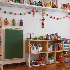 Módulos vazados desenham a estante baixa que guarda os brinquedos no quarto de João, by @anicuenca ! Foto de @andreacvm . #natoca #natocadesign #instakids #instadecor #kidsroom #kidsstyle #decoracaoinfantil #decoracion #decoraçao #andreacvm #anicuenca #deco #decor #quartodemenino