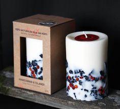 Kerze aus Bio-Sojawachs. Die handgefertigte, vegane Kerze mit isländischen Lavasteinen und Vogelbeeren zaubert Licht und Wärme in dein Zuhause. / Hand-crafted soy-wax candles for a vegan atmosphere