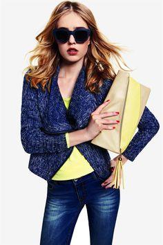 Tmavě modré pláště, kabáty a saka oceníte, zejména pokud máte rádi trend neonových odstínů. V této kombinaci můžete vyrazit i do práce, aniž byste působila jako papoušek.