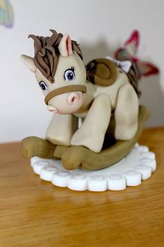 Rocking horse - Cake by Zoe's Fancy Cakes Horse Cake Toppers, Fondant Toppers, Fondant Figures, Rocking Horse Cake, Cake Paris, Zoes Fancy Cakes, Fondant Animals, Fondant Decorations, Fondant Tutorial