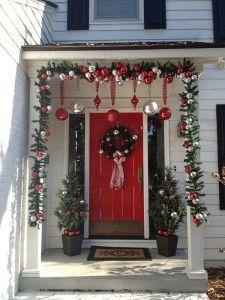 Puerta de entrada decorada para Navidad en rojo, verde y plata