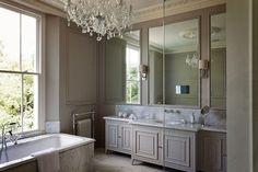 peinture salle de bain, couelur taupe, déco luxe, lustre somptueux