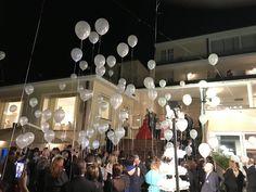 Centinaia di palloncini per augurare agli sposi tanta fortuna #wedding #novità #nozze #favola #angeloricevimenti Angelo, Chandelier, Ceiling Lights, Lighting, Wedding, Home Decor, Valentines Day Weddings, Light Fixtures, Mariage