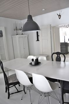Take a look at this incredible dining room design and fall in love | www.diningroomlighting.eu #diningroomdesign #diningroomlighting #diningroomlamps