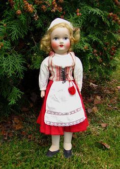 Finnish doll wearing Häme costume. Madame Alexander, Dollhouse Dolls, Vintage Dolls, Dollhouses, Old And New, Finland, Ethnic, Flower Girl Dresses, Costumes
