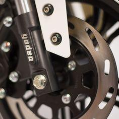 Le Z3 100% électrique dispose de freins à disque répondant à la norme européenne EEC obligatoire depuis le 1er janvier 2018 pour tous les 2 roues