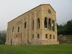 Los reyes de Asturias vivían en este palacio. Después de la abdicación de Alfonso III, el reino se dividió y los reinos de León, Galicia y Castille resultaron.
