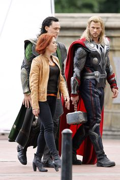 "Chris Hemsworth Photos - Scarlett Johansson, Chris Hemsworth and Tom Hiddleston are seen on the set of ""The Avengers"" in New York's Central Park. - Scarlett Johansson Films 'The Avengers' The Avengers, Avengers Series, Avengers Actors, Marvel Comics Superheroes, Loki Marvel, Captain Marvel, Loki Thor, Marvel Comic Character, Marvel Characters"