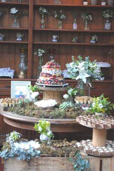 Mesa do bolo redonda em mini wedding rústico. Caixotes de madeira, carretéis, decoração verde e branca, naked cake, porta retrato, suculentas, cobre.