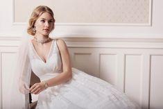 Vestido de noiva modelo princesa, em estilo vintage, com renda branca e decote em V. Vintage Inspiriert, Bridal Boudoir, Vintage Stil, Trends, Formal Dresses, Wedding Dresses, Marie, Glamour, Collection
