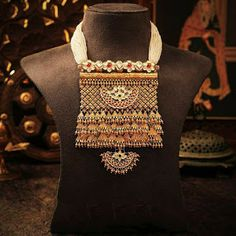 This Jaisalmeri Jharokha piece is exclusively crafted with gold and kundan. The exemplary statement necklace is further embellished by a moon drop! Pearl Necklace Designs, Gold Necklace, Antique Necklace, Antique Jewelry, Rajputi Jewellery, Gold Jewelry Simple, India Jewelry, Royal Jewelry, Pearl Jewelry