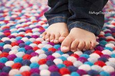 Diese süße Baby-Füße verdienen bequeme FilzKugelTeppiche. Jetzt mit 50% Rabatt auf www.Sukhi.de Filz-Kugeln-Teppich-Crazy-Purple wolle farbigen fusse rechteckiger