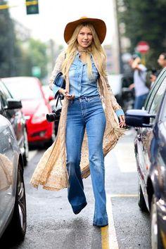 Resultado de imagen para flare jeans and platform sneakers