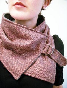 Cuello super bonita espiga rosa y marrón. Hecho del material de mezcla de lana muy suave.  Se fija al cuello con una hebilla de metal.  Con el respaldo de suave lana gris.    Este cuello es un diseño original de Christina Robinson.