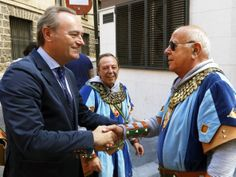 Saludando a participantes del desfile de Moros y Cristianos de Alcoi