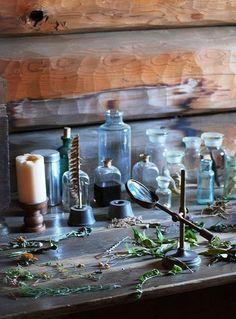 Колдовская кухня благоухает ароматами пряностей и смол, блестит стеклом пузырьков и флаконов с таинственными настойками и составами. С притолоки свисают пучки трав - что-то пойдет на целебный отвар, что-то - как приправа к пище, а что-то висит здесь для защиты от сглаза (и еще, может быть, от мышей и насекомых). Глаза разбегаются - тут тебе и корешки, и таинственный закопченный котел на огне, в…