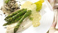 Schollenfilet mit grünem Spargel zu einem Päckchen verschnüren und im Backofen garen lassen. Dann mit klassischer Sauce Hollandaise, verfeinert mit Dill servieren. Schnell, einfach und köstlich!