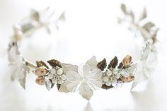 Dieses Diadem ist aus Metallblüten, Perlen und Kristallen gefertigt und natürlich handmade. Ihr könnt es demnächst auch auf meiner Homepage www.love-and-bride.de finden. Schaut doch mal ab August vorbei :-) Schmuck Design, Headpieces, Bridal Accessories, Band, Winter, Handmade, Jewelry, Style, Fashion