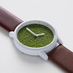 文字盤が天然芝生でうめつくされた珍しいデザインのミニマル腕時計「FORREST」ver.2。 タイのタマサート大学(デザイン学科)を卒業した若手デザイナーが作り上げた作品。シンプルを追求しながらも深さ30Mまでに耐えられる防水機能付き。 仕事に、そして、アウトドアに。 他の時計にはない自然な存在感が表