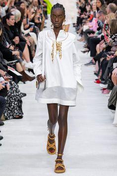 Valentino Spring 2020 Ready-to-Wear Fashion Show - Vogue London Fashion Weeks, Fashion Week Paris, Spring Fashion, Couture Mode, Style Couture, Couture Fashion, 2020 Fashion Trends, Fashion 2020, Runway Fashion