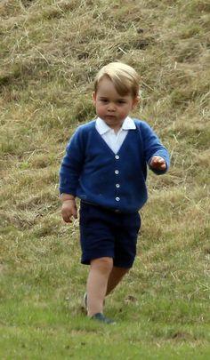 Le prince George à Tetbury, le 14 juin 2015Sympa une journée à la campagne à s'amuser dans l'herbe. Ce dimanche, le petit prince George est allé avec sa maman la duchesse de Cambridge, née Kate Middleton, voir son papa le prince William jouer au polo.                                                                                                                                                     Plus