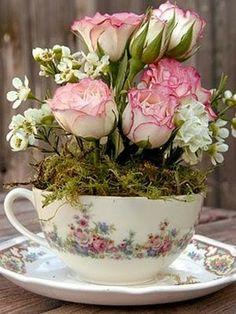 23 arranjos de flores para deixar qualquer ambiente mais especial: 7- Arranjo em xícaras. O jogo de xícaras incompleto, que você já não usa mais na hora de servir um chá para as visitas, pode voltar à mesa como vasos charmosos para pequenos buquês.