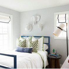 Daylight savings has us dreaming of bright spaces. Room by @houseofjadeinteriors with a pop of green courtesy of our Peterazzi.