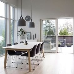 Love this beautiful dining room by @navelsaker 👈🏻 Normann Copenhagen Bell lamp is available to order online 💫 . #diningroom #diningroomdecor #nordichome #nordicinspiration