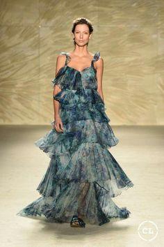 @mariaelenavillamil  #mujereseneljardin #romanticismo #feminidad  #vibroconlamoda #colombiamods2017  🍃👏🍃👏🍃👏🍃 Vogue, Designer Collection, Fashion Show, Runway, Dresses, Vestidos, Photo Galleries, Dressing Rooms, Walkway