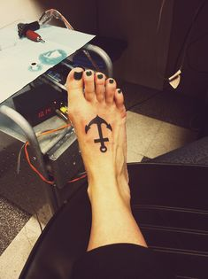 Black and Simple Anchor Tattoo on Foot for Women | Cool Tattoo Designs