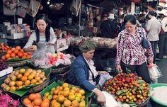Ansehen, drücken, riechen, probieren: In Kambodscha wird die Qualität der Lebensmittel kritisch geprüft und mit allen Sinnen eingekauft