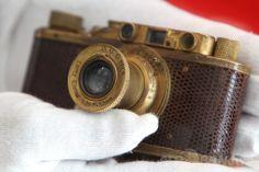 ドイツ・ウェッツラー(Wetzlar)にある高級カメラメーカー、ライカ(Leica)の新本社ビルで撮影された、創業100周年記念オークションに出品されたライカII型「D ルクサス(D Luxus)」(2014年5月22日撮影)。(c)AFP/DANIEL ROLAND ▼25May2014AFP|100周年迎えたライカ、新本社ビルをお披露目 http://www.afpbb.com/articles/-/3015784 #Wetzlar #Leica #D_Luxus